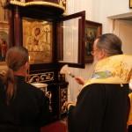 Митрополит Ириней освящает новую ризу иконы