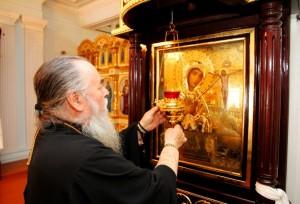 Митрополит Ириней у иконы