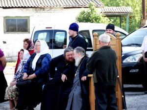 Митрополит Ириней и архимандрит Досифей перед установкой купола
