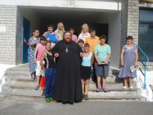 Архимандрит Досифей с подопечными Томаковского интерната, июль 2017